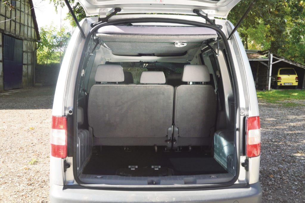 Autohimmelbett im VW Caddy: Bei Nicht-Gebrauch sauber unter dem Dach verstaut