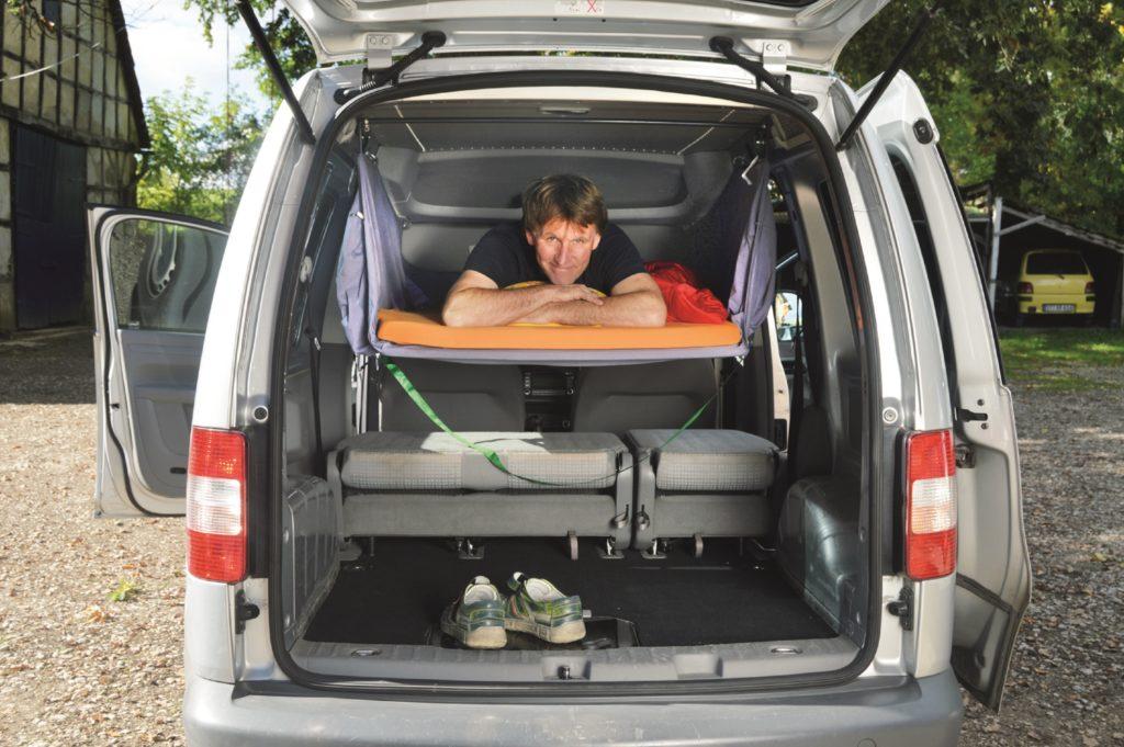 Autohimmelbett im VW Caddy: Reichlich Platz für einen